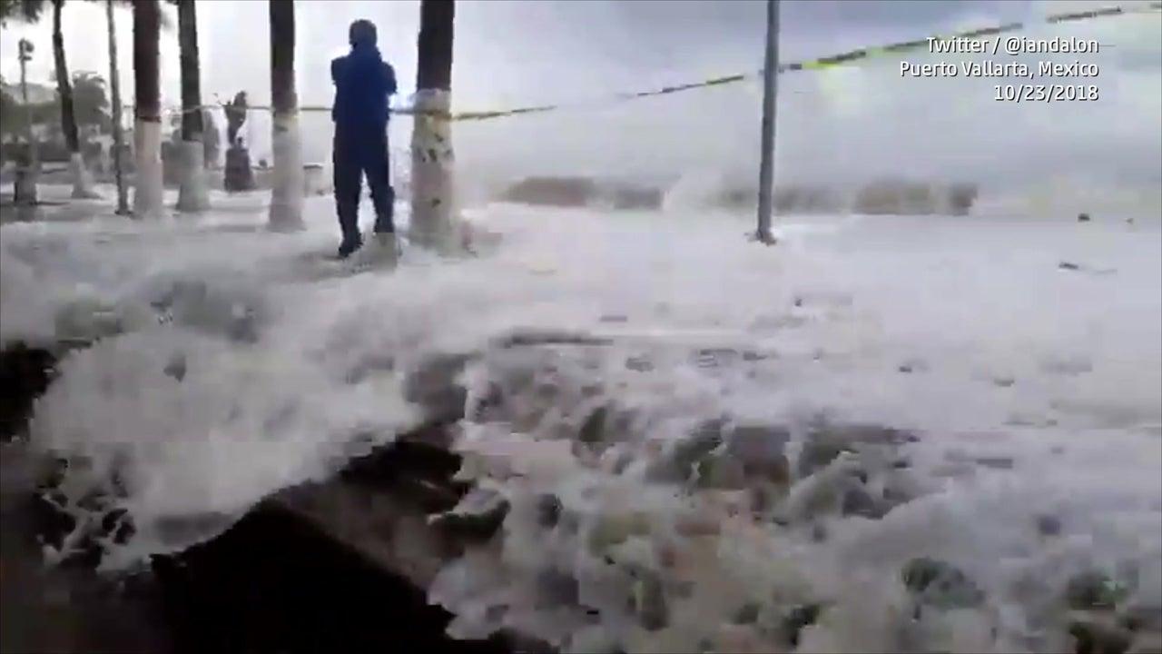 Fuertes olas azotan la costa de Puerto Vallarta