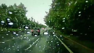 Tormentas severas en Eugene, Oregon, generaron un rayo que le dio un susto a un conductor.