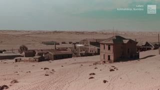 he abandoned town of Kolmanskop in Namibia was once a thriving mining town, but now, only spooky remains stand as they are covered in sand and sink into the desert.