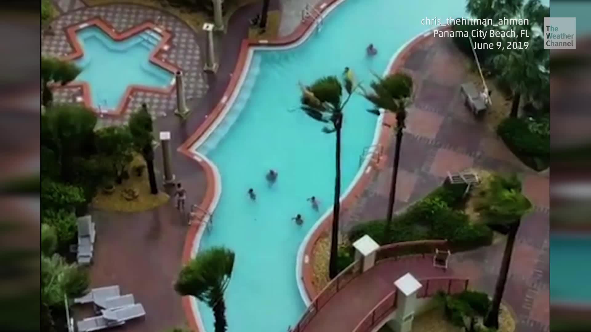 Fuertes vientos crearon un tornado sobre la piscina de un resort en Panama City Beach, Florida.