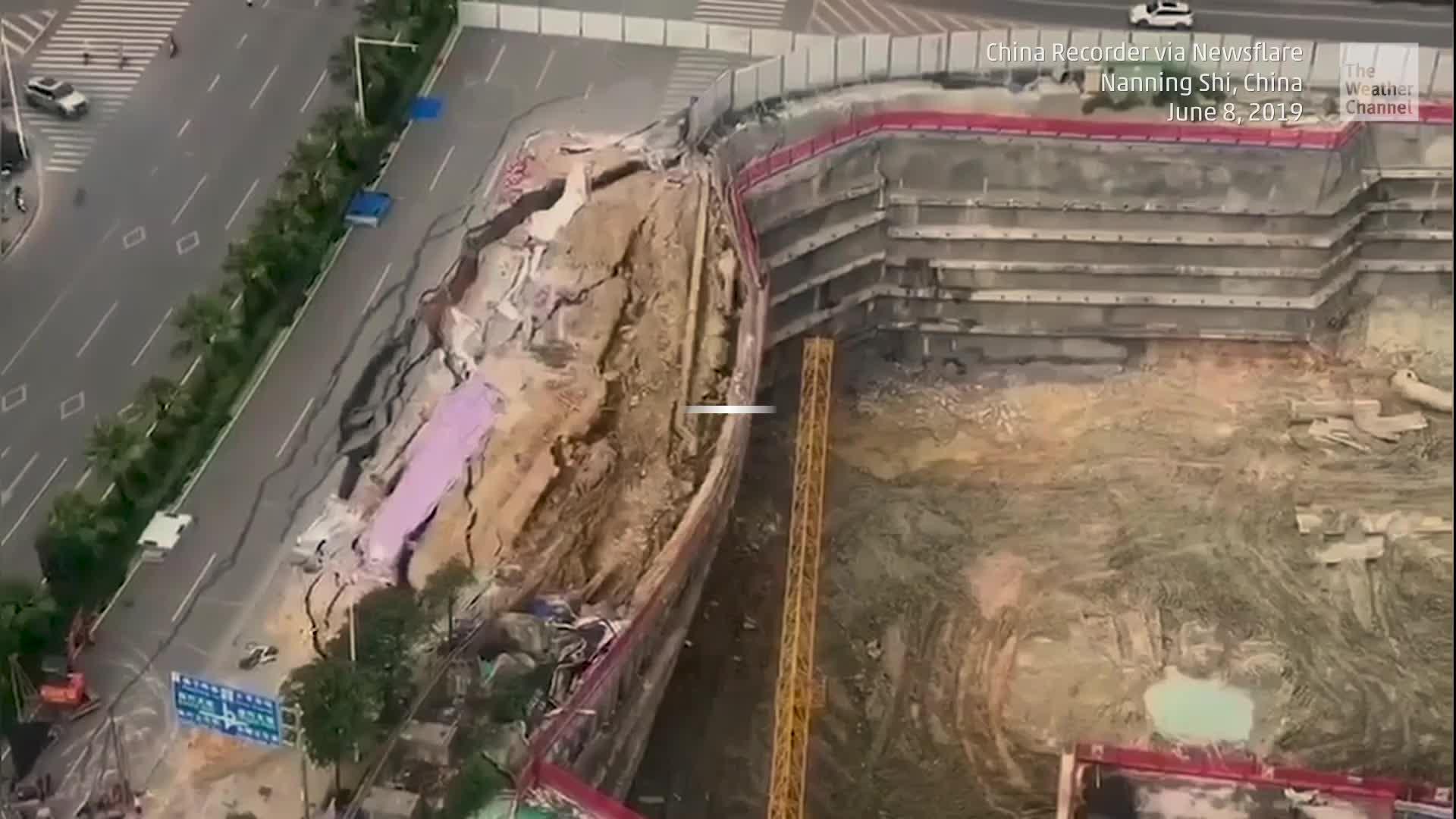 Una cámara captó el momento en que un camino colapsa sobre una construcción en proceso en el sur de China.