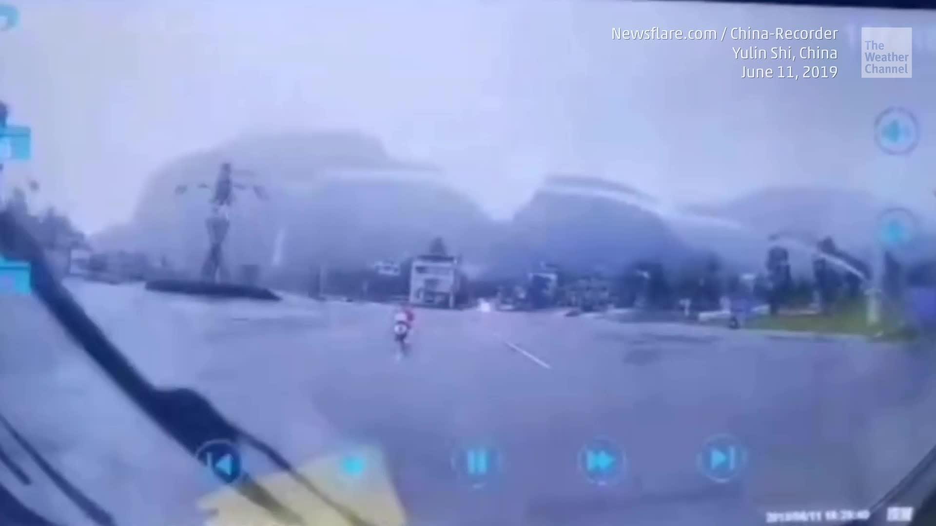 El video de una cámara de tablero captura el dramático momento en que un rayo casi cae sobre la conductora de una scooter en el sur de China.