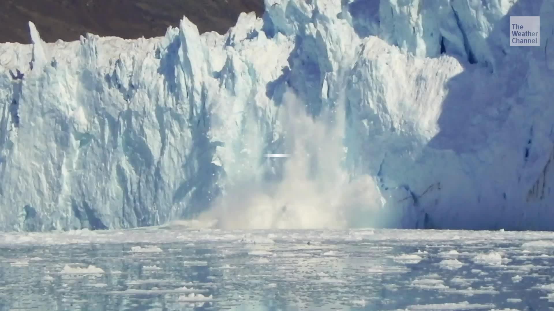 Los científicos dicen que las capas de hielo alrededor de Groenlandia y en el Océano Ártico se están derritiendo temprano y en gran escala, y el derretimiento del hielo de este año podría superar los registros anteriores.