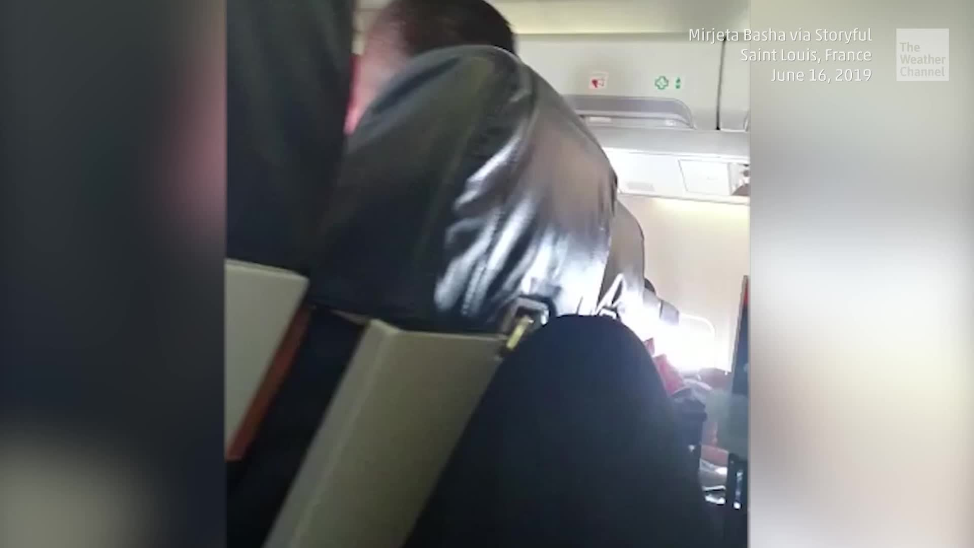 Una azafata se estrella contra el techo cuando un avión golpea una turbulencia grave. Al menos diez personas resultaron heridas.