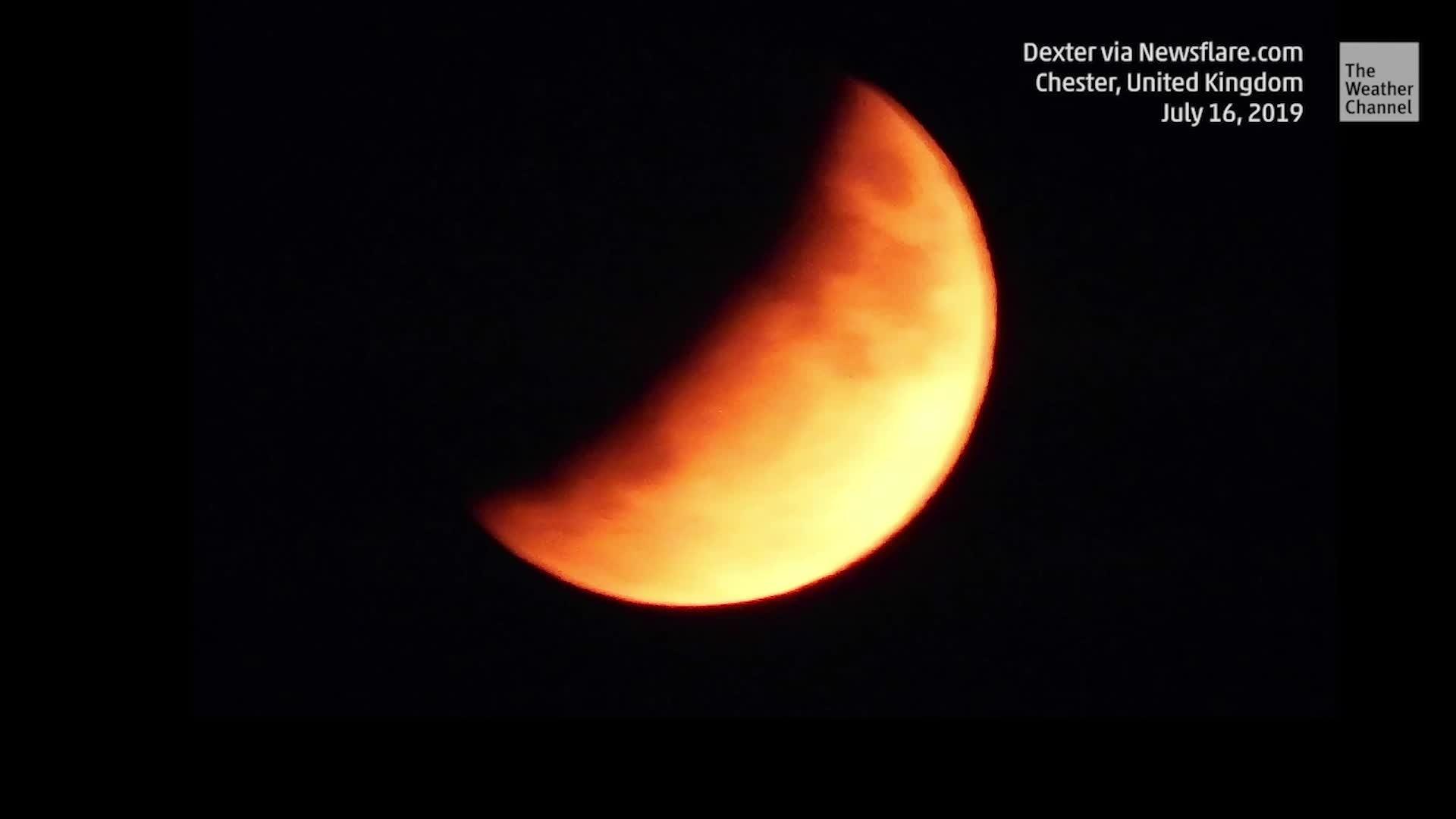 """Una impresionante """"media luna de sangre"""" iluminó los cielos en el Reino Unido durante un eclipse de luna parcial el 16 de julio."""