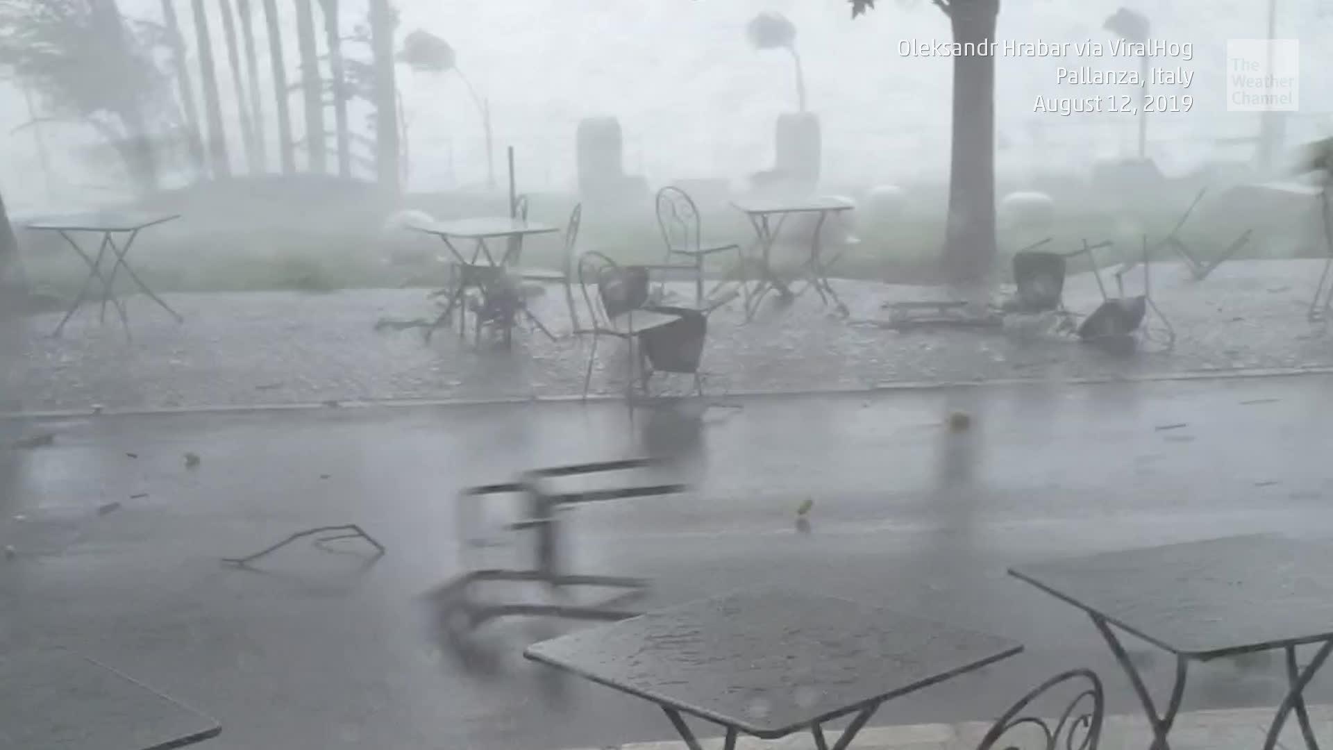 Intensos vientos de severas tormentas hicieron volar los muebles en Pallanza, Italia.