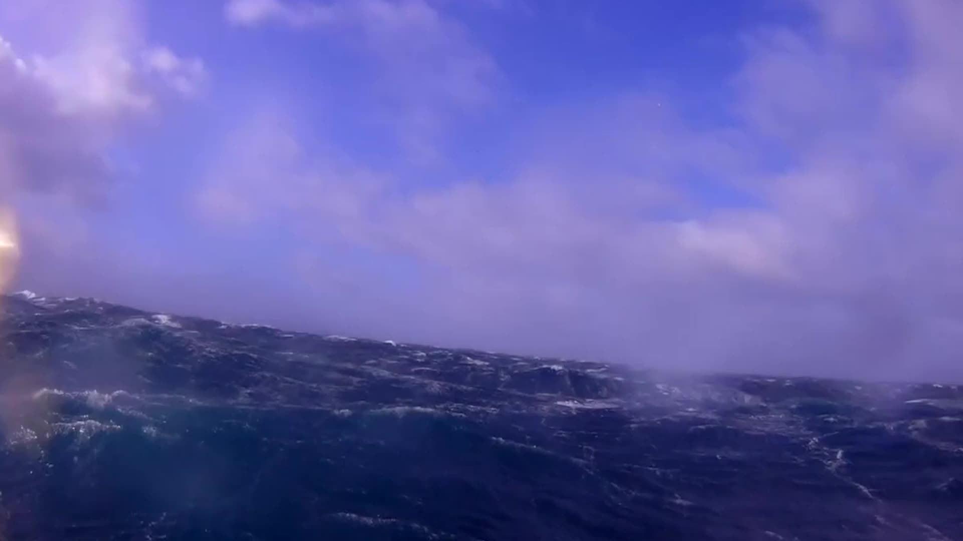 Tres Saildrones salieron de New Zealand el 19 de enero de 2019, comenzando un viaje de 13,000 millas alrededor de la Antártida. Dos regresaron para ser reparados, dejando uno intentando circundar la Antártida evadiendo olas de 60 pies, fuertes vientos y icebergs.