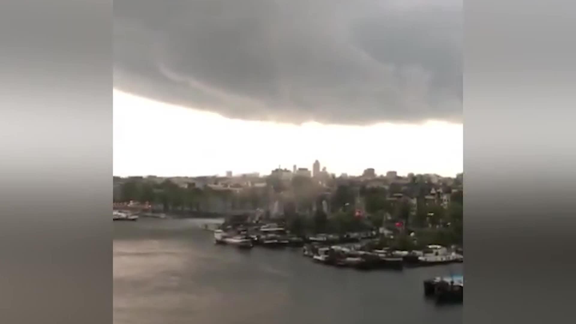 Un espectador capturó todo el ciclo de vida de un tornado en el cielo sobre Amsterdam.