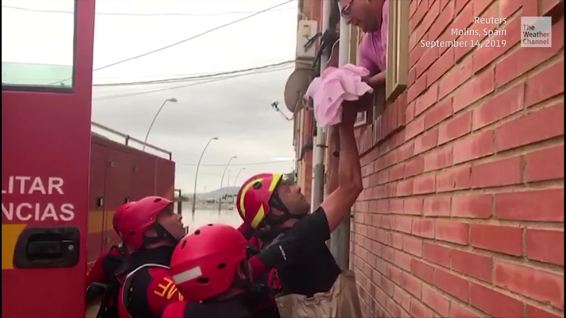 Un bebé y varios niños fueron rescatados de un edificio inundado durante el fin de semana en Orihuela, España, una de las ciudades que ha registrado niveles récord de lluvia en los últimos días.