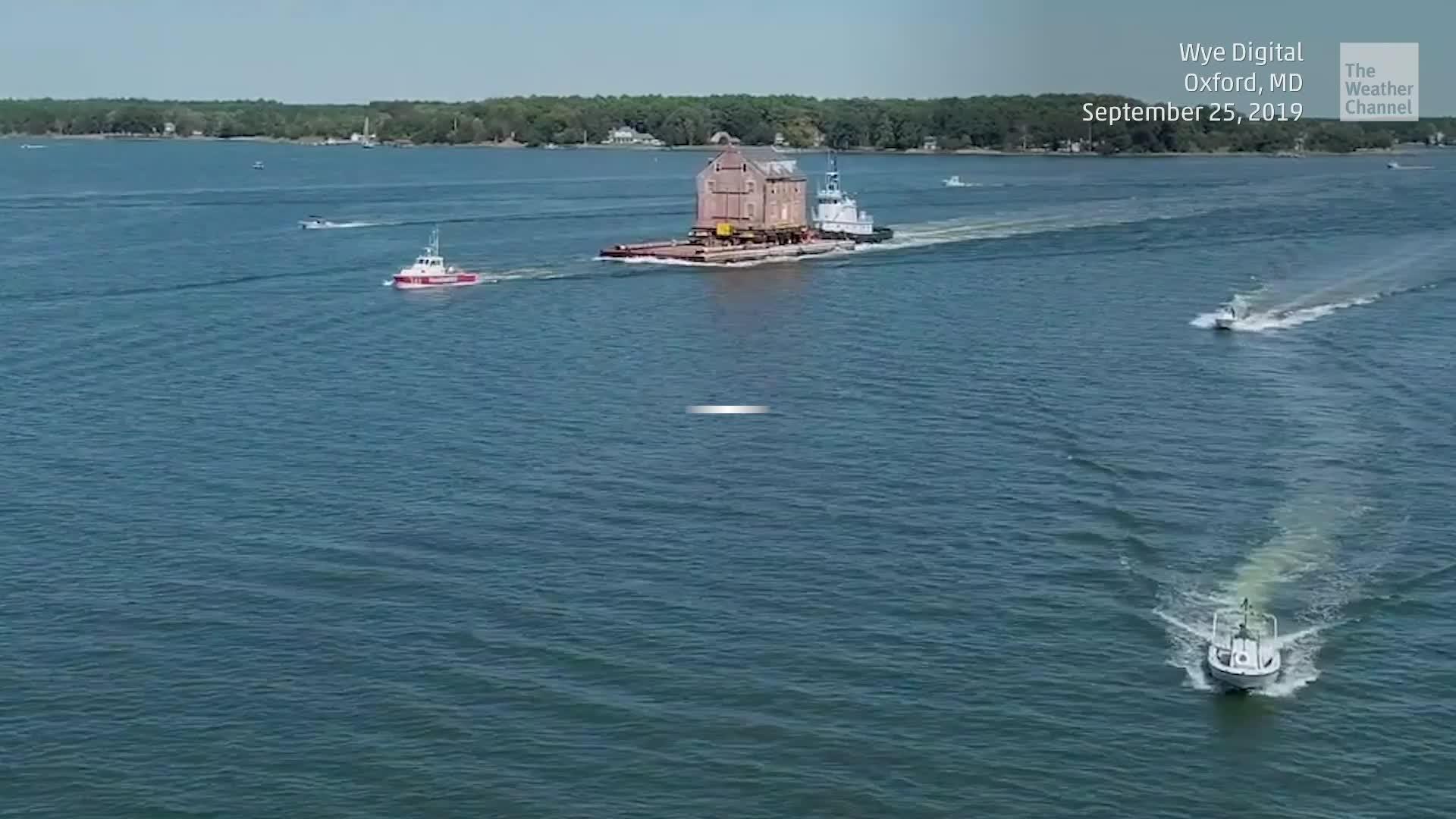 Una extraña vista en Maryland mientras una casa flota a lo largo de la costa en Chesapeake Bay.