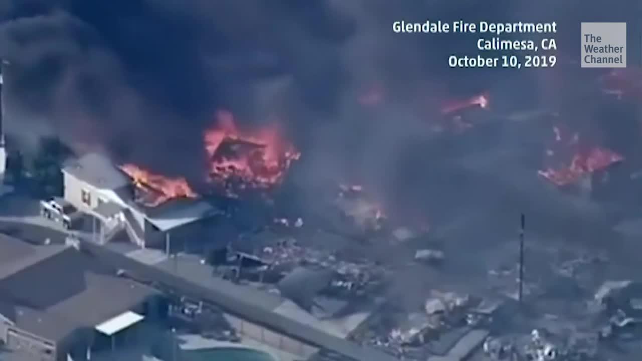 Los vientos de Santa Ana están alimentando varios incendios forestales que han destruido casas y forzando evacuaciones.
