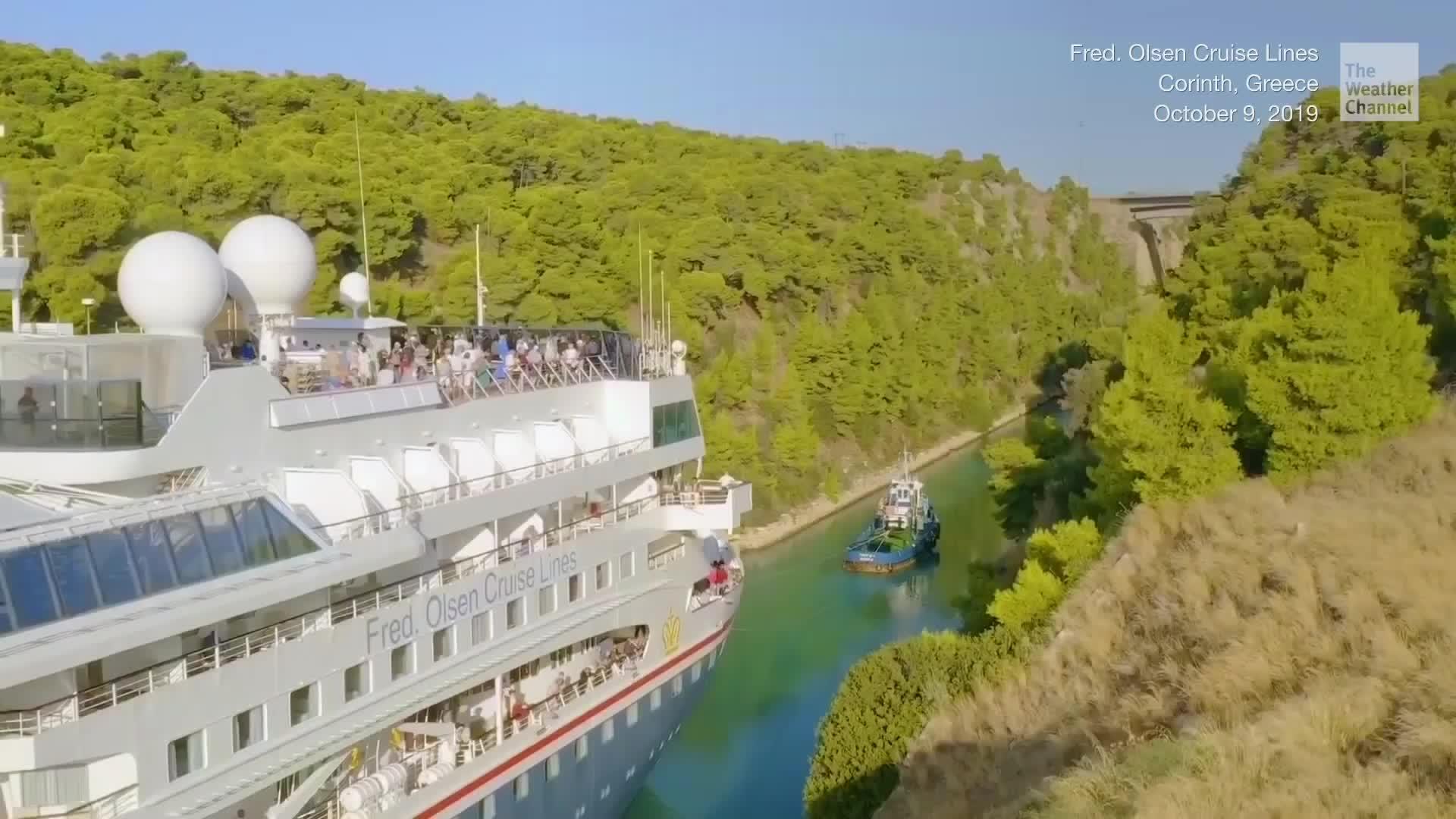 Un gigantesco crucero de la empresa Fred. Olsen cruise pasó por el estrecho Canal de Corinto de 4 millas de largo en Grecia en un viaje récord.