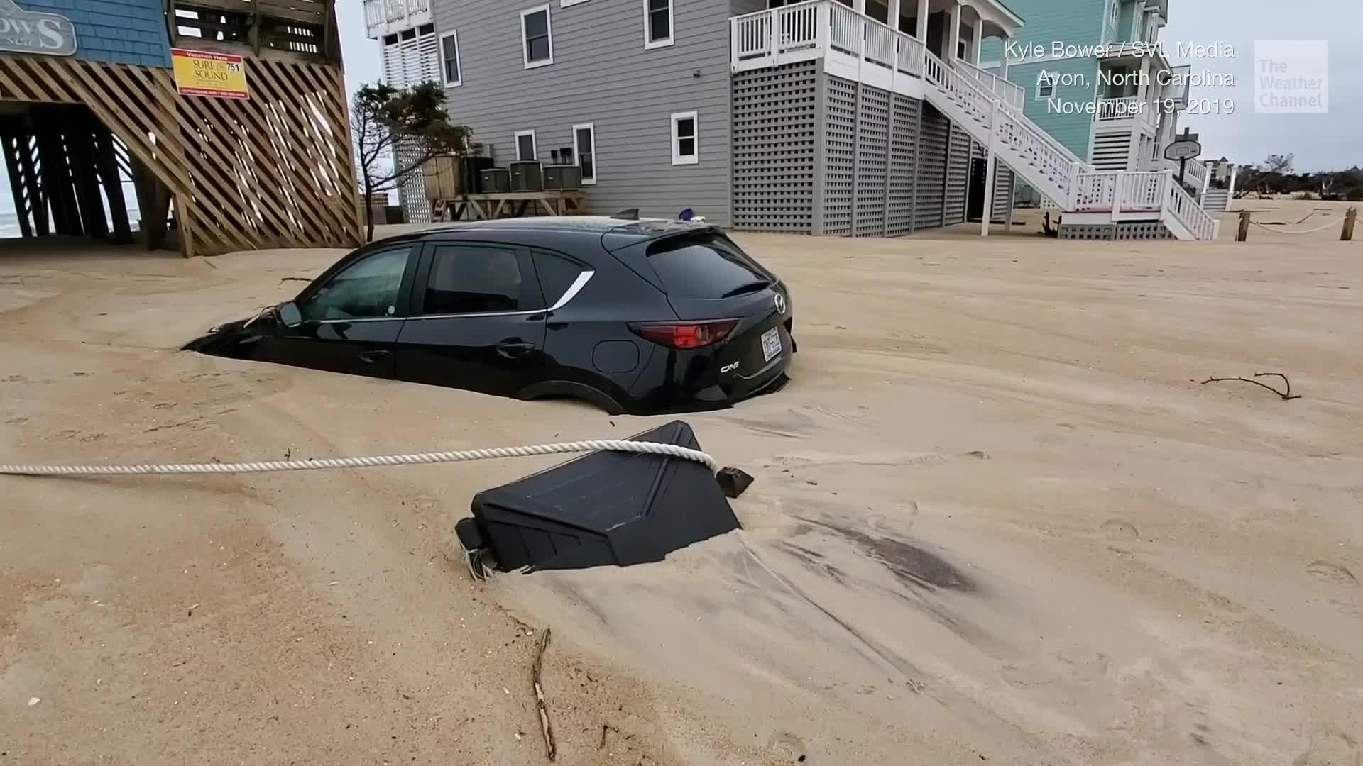 Una tormenta del fin de semana dejó partes de Carolina del Norte enterradas bajo la arena. Lo que muestra el video es increíble.