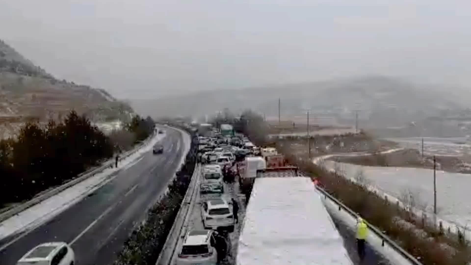 Nieve y hielo en una autopista del centro de China causó el choque en cadena masivo.