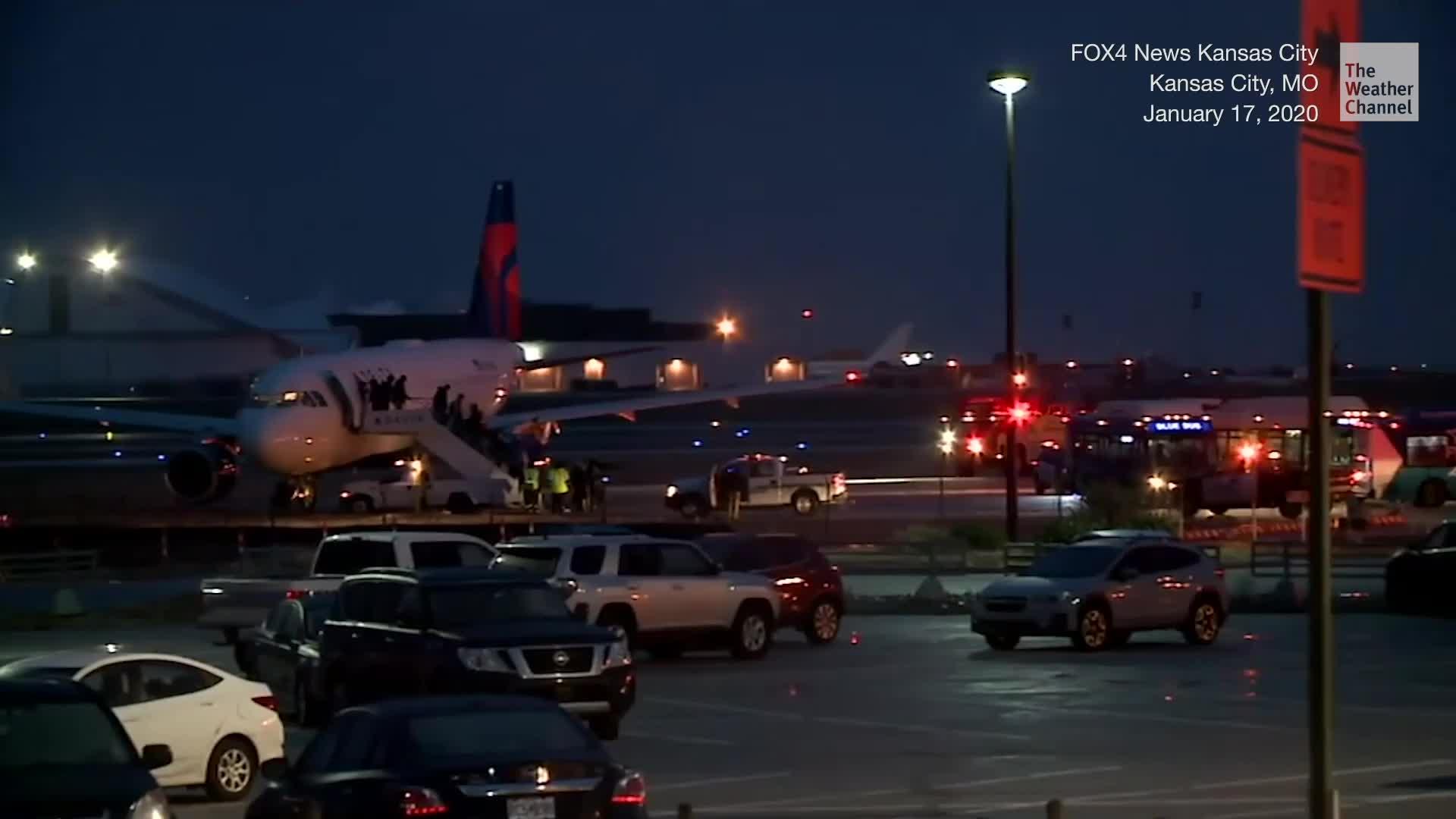 Las condiciones resbaladizas hacen que un avión Delta se deslice de la calle de rodaje en el Aeropuerto Internacional de Kansas City, lo que obliga al breve cierre del aeródromo.