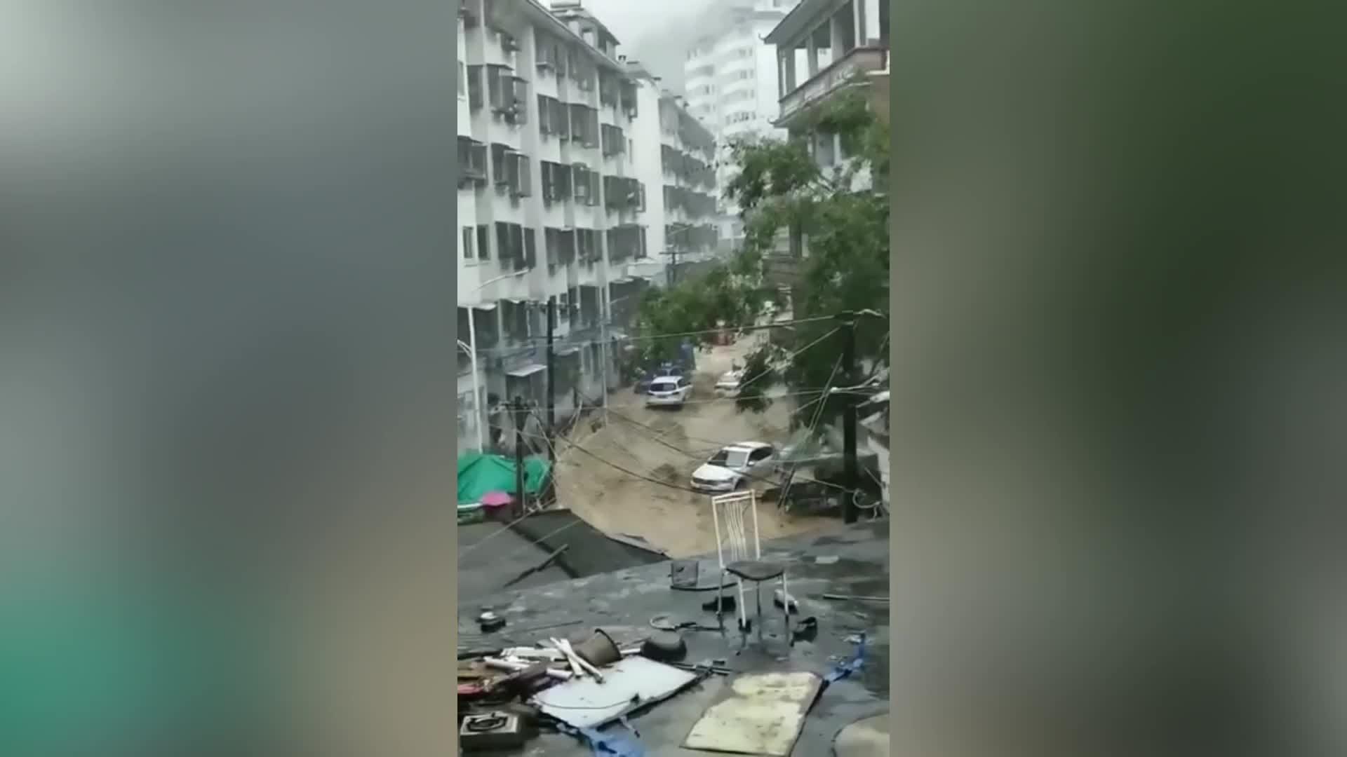 Inundaciones en el sur de China arrasaron autos