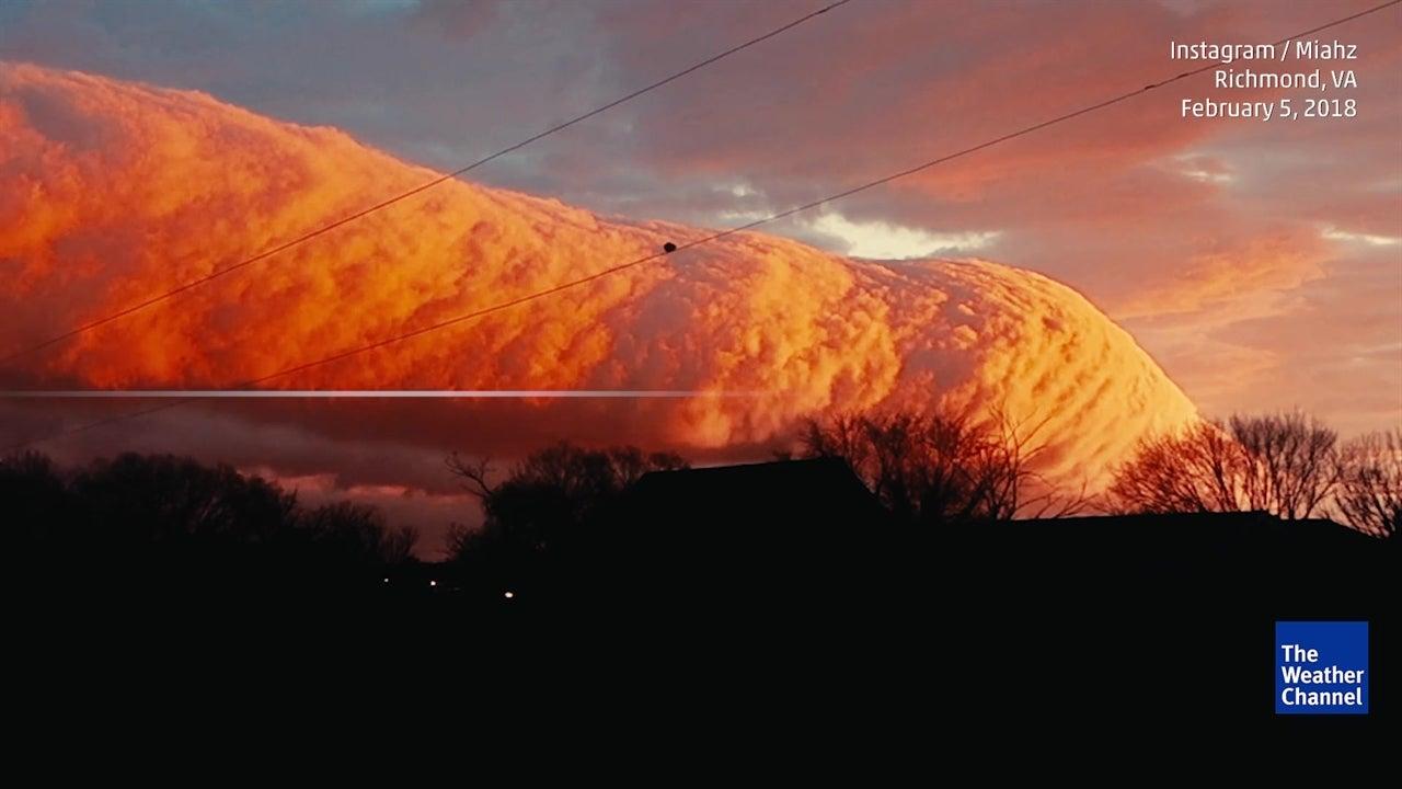 Incredible roll cloud sweeps across sky