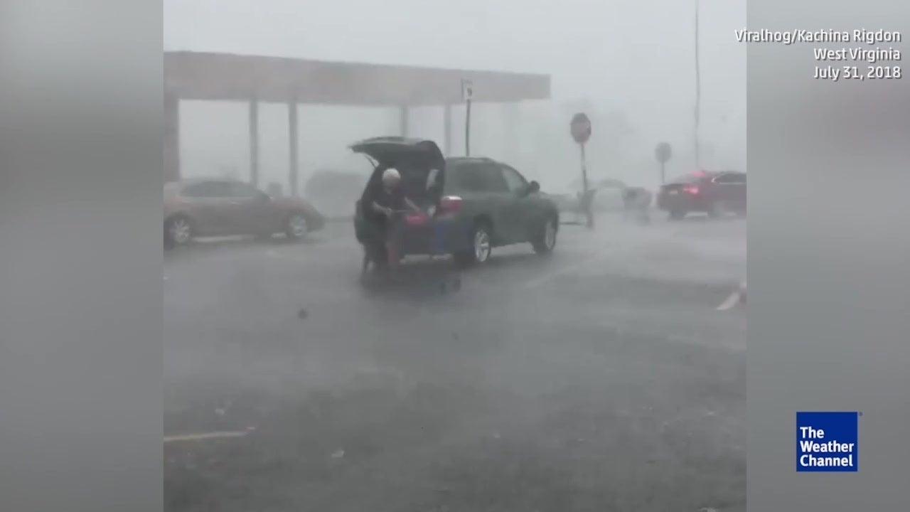 Pratica boa ação à chuva e supermercado recompensa-a