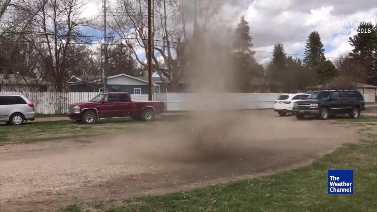 Remolino de polvo convierte un home run