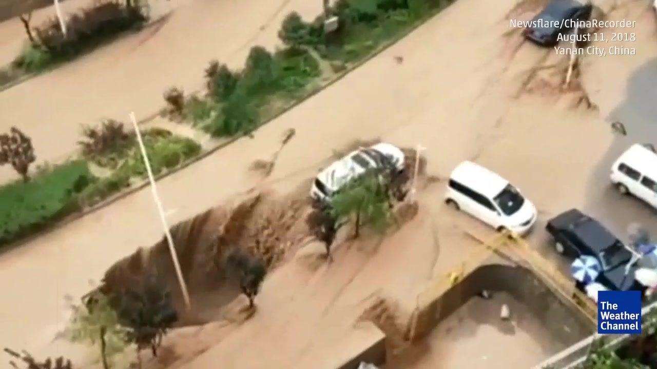 Impedem carro de cair em buraco gigante