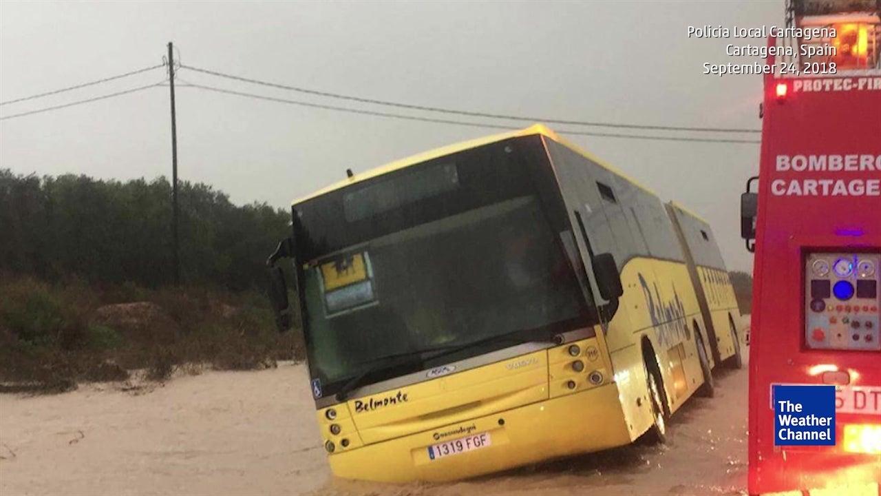 Autocarro escolar fica preso em inundações