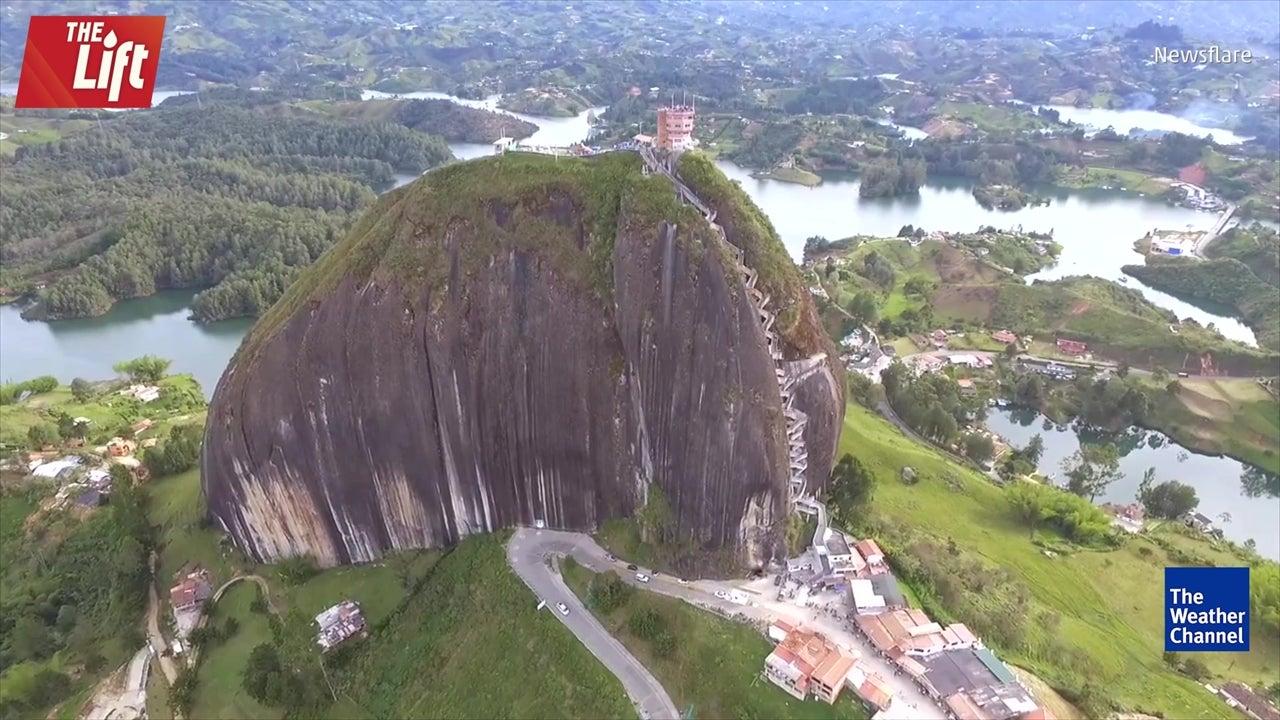 Se trata de un monolito llamado la Piedra de Peñarol situado en Guatapé (Colombia)