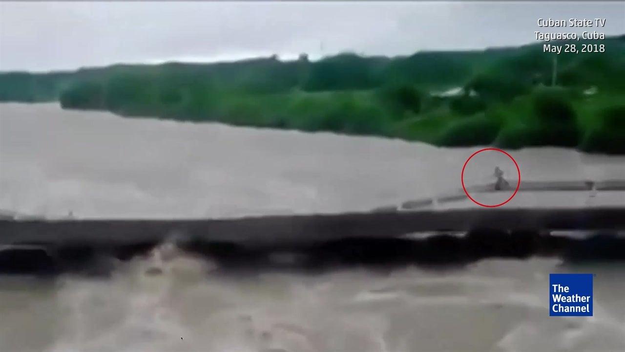 Intense moment couple narrowly escape collapsing bridge in Cuba