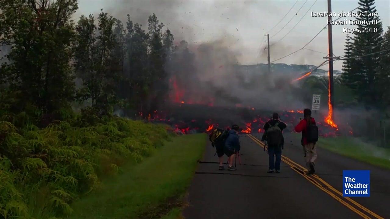 La lava destruye un poste de luz