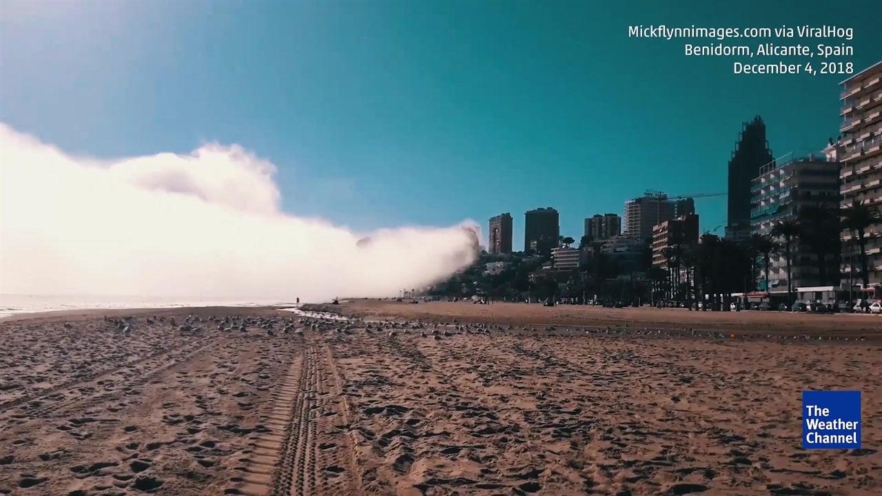"Time-lapse incrível mostra nevoeiro a ""engolir"" praia"