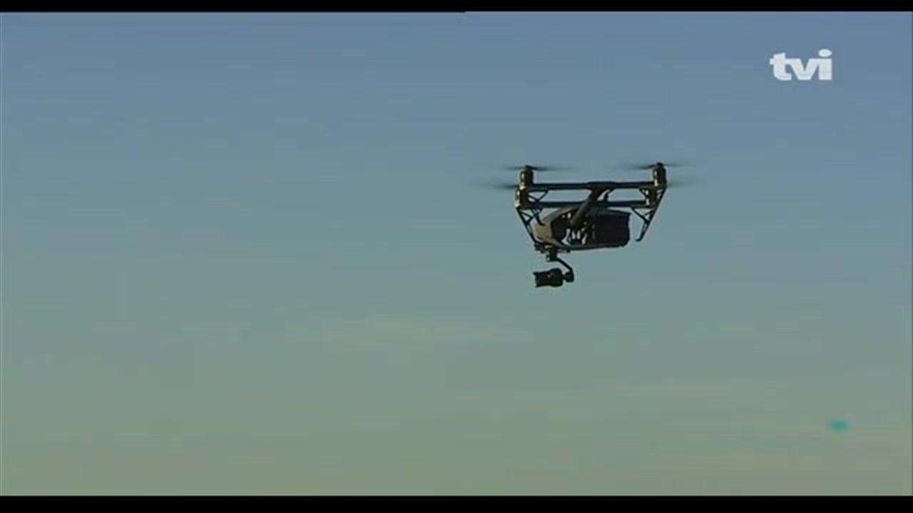 Drone a mais de 5.000 pés cruza-se com avião