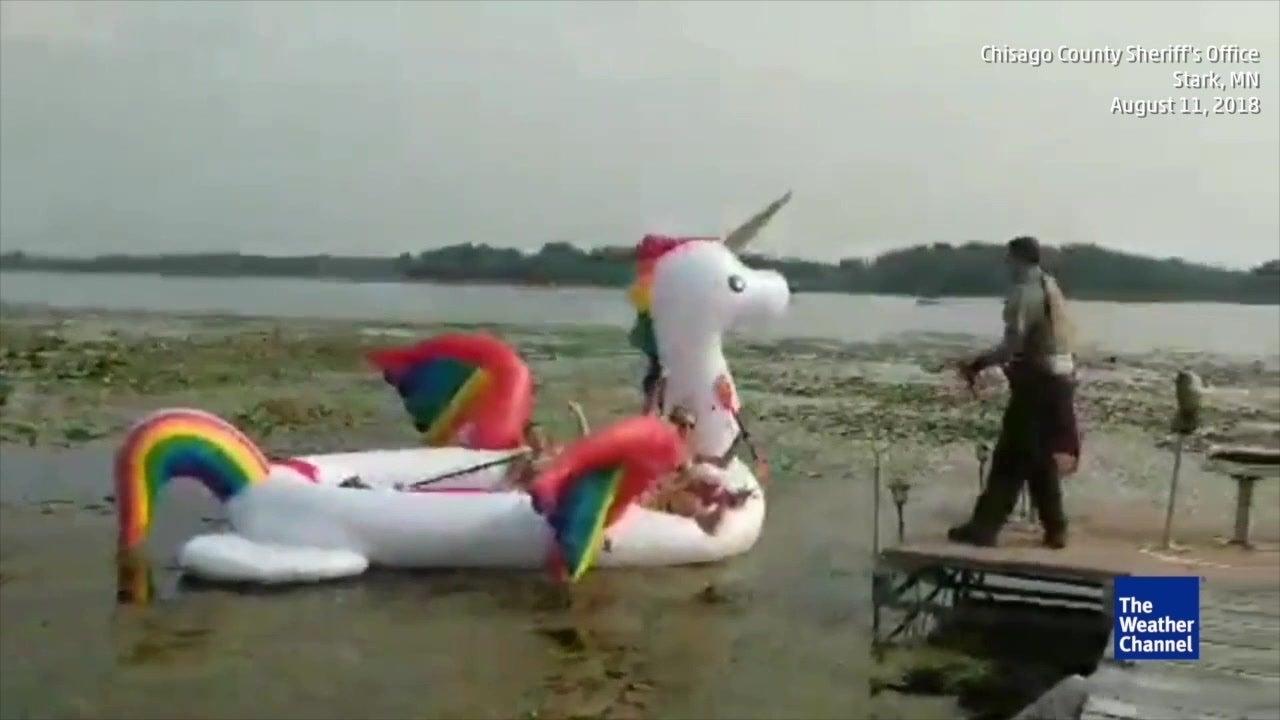 À bord d'une bouée licorne, elles se retrouvent coincées au milieu d'un lac