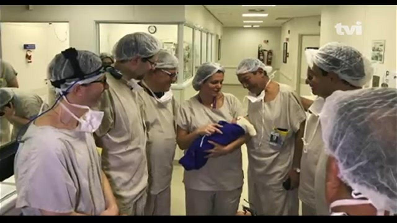 Dá à luz o primeiro bebé gerado num útero transplantado