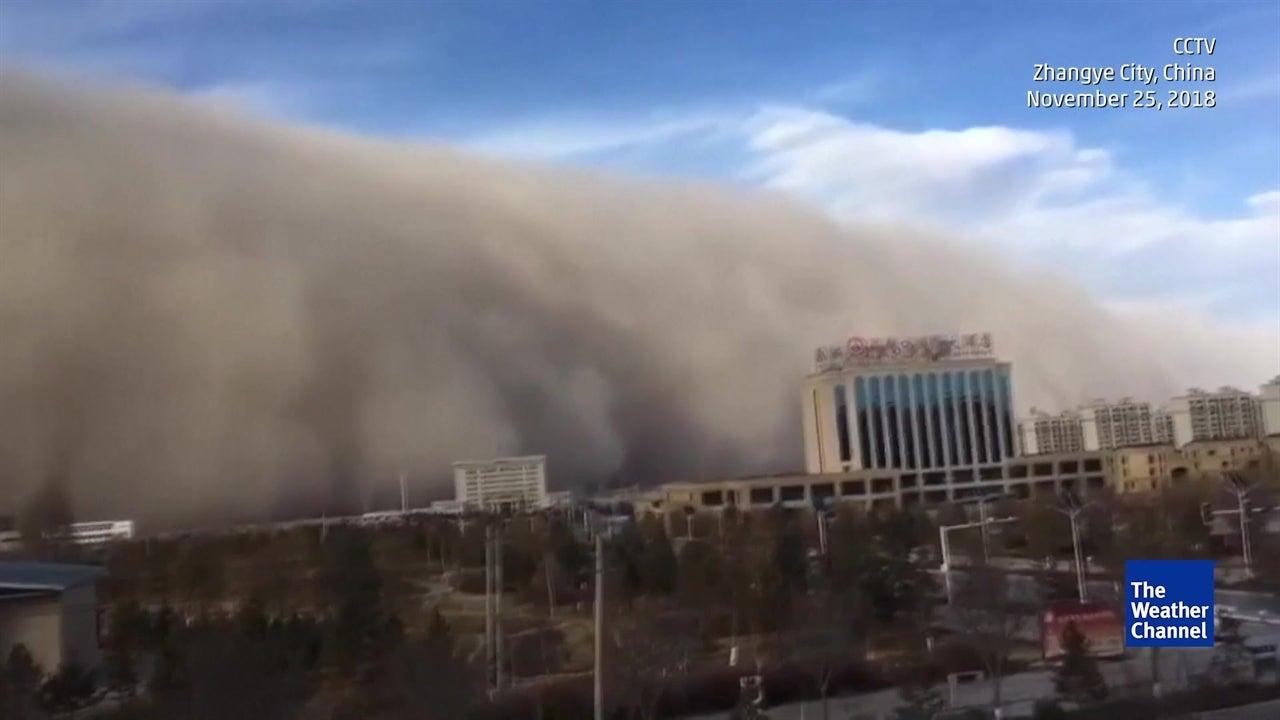 Aterradora tormenta de polvo parece devorar una ciudad