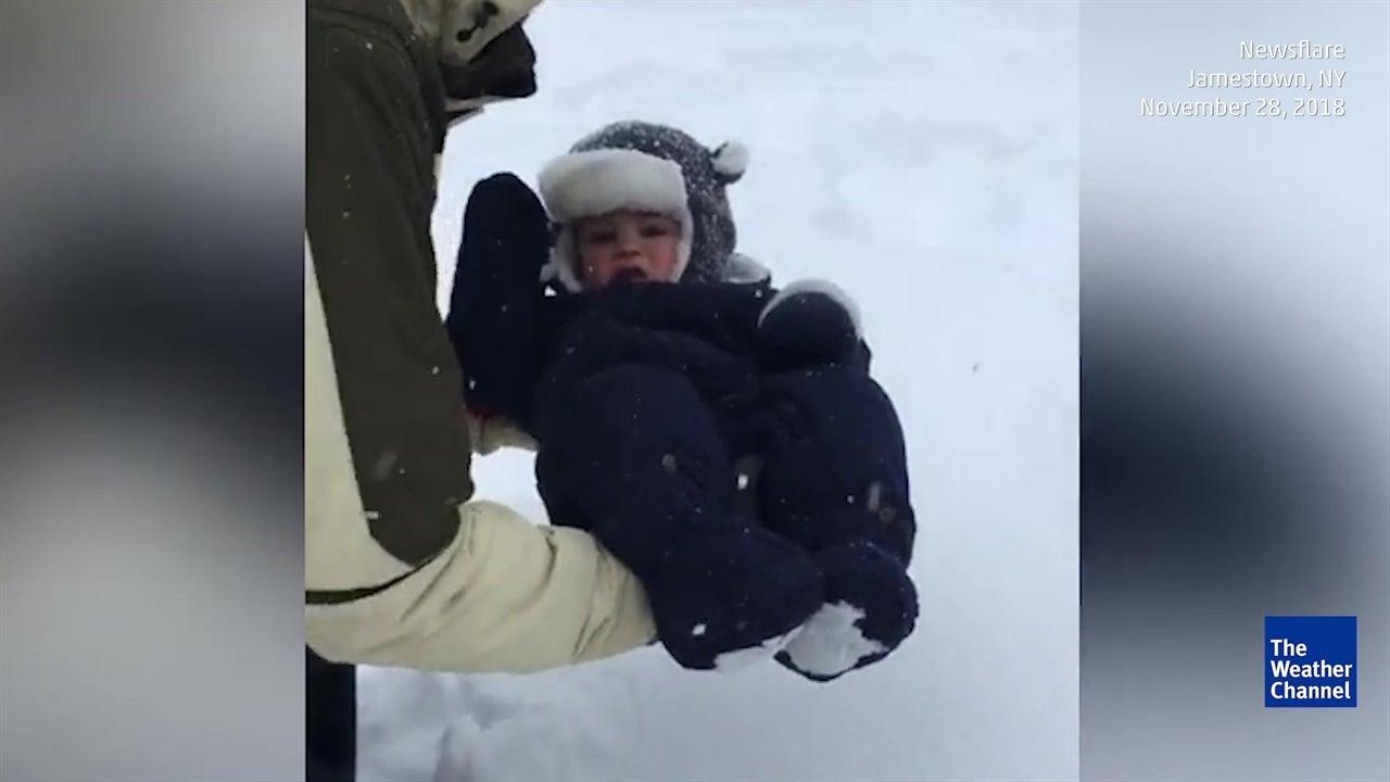 Un padre dejó caer a su bebé en nieve fresca, solo para verlo desaparecer en ella momentos después.