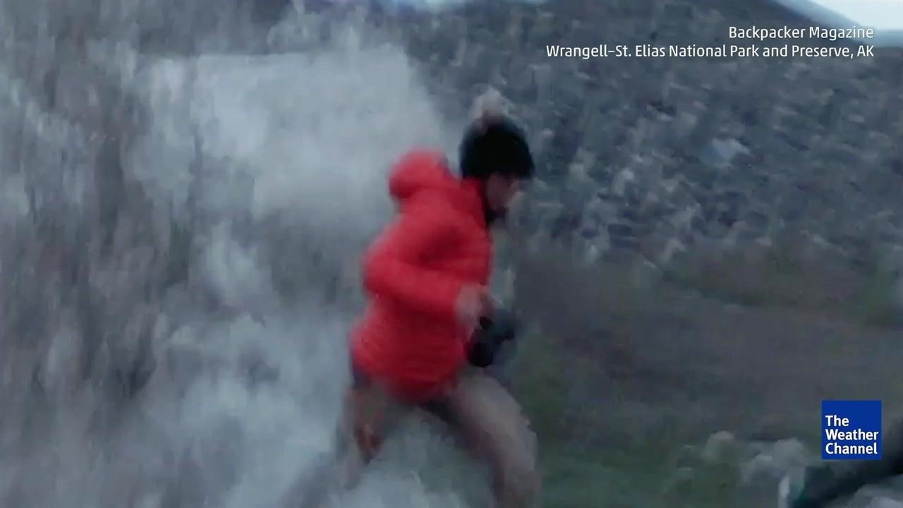 Glaciar se rompe y asusta a un pobre hombre en Alaska