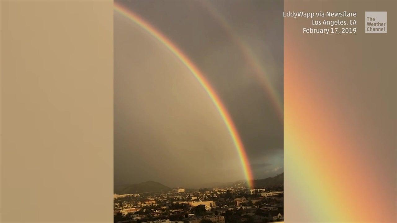 Increíble doble arco iris sobre Los Ángeles
