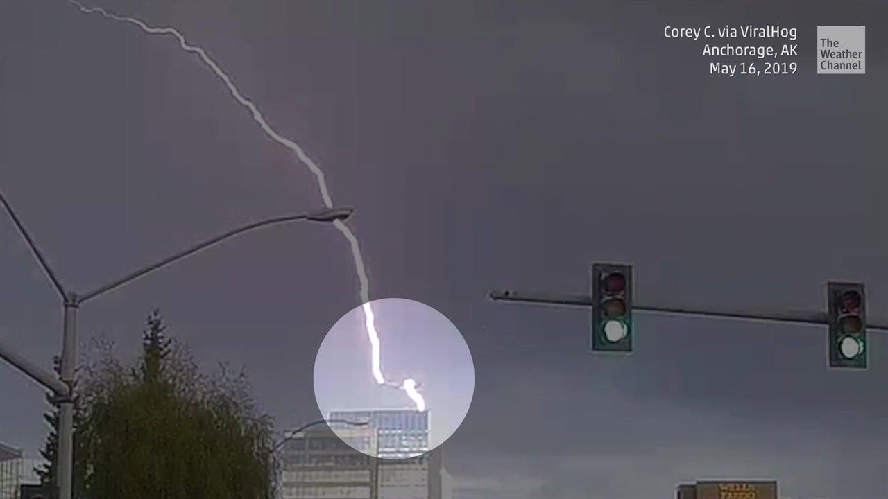 Una cámara de seguridad capturó el dramático impacto de un rayo en Anchorage, Alaska