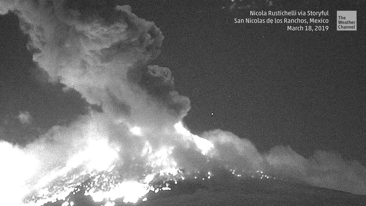 Volcán Popocatépetl incendia el cielo nocturno