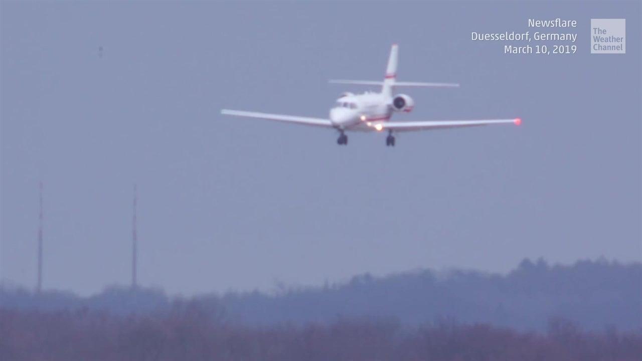 Escalofriante aterrizaje de avión con vientos cruzados