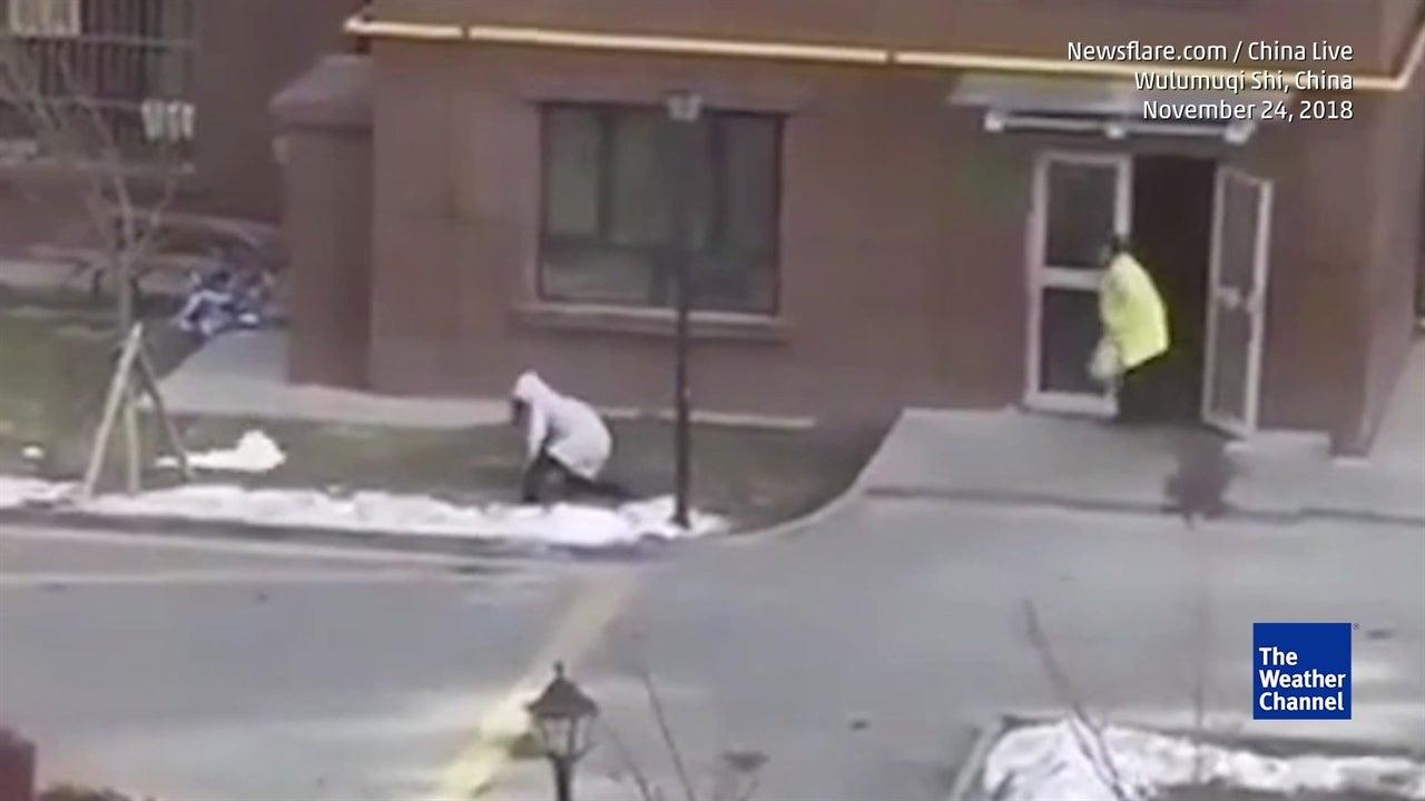 Fuertes vientos azotaron a China y tiraron a peatones al suelo