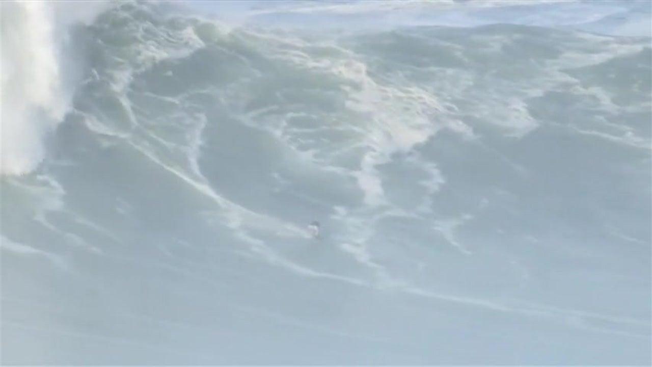 Surfistas aventuram-se nas ondas gigantes da Nazaré