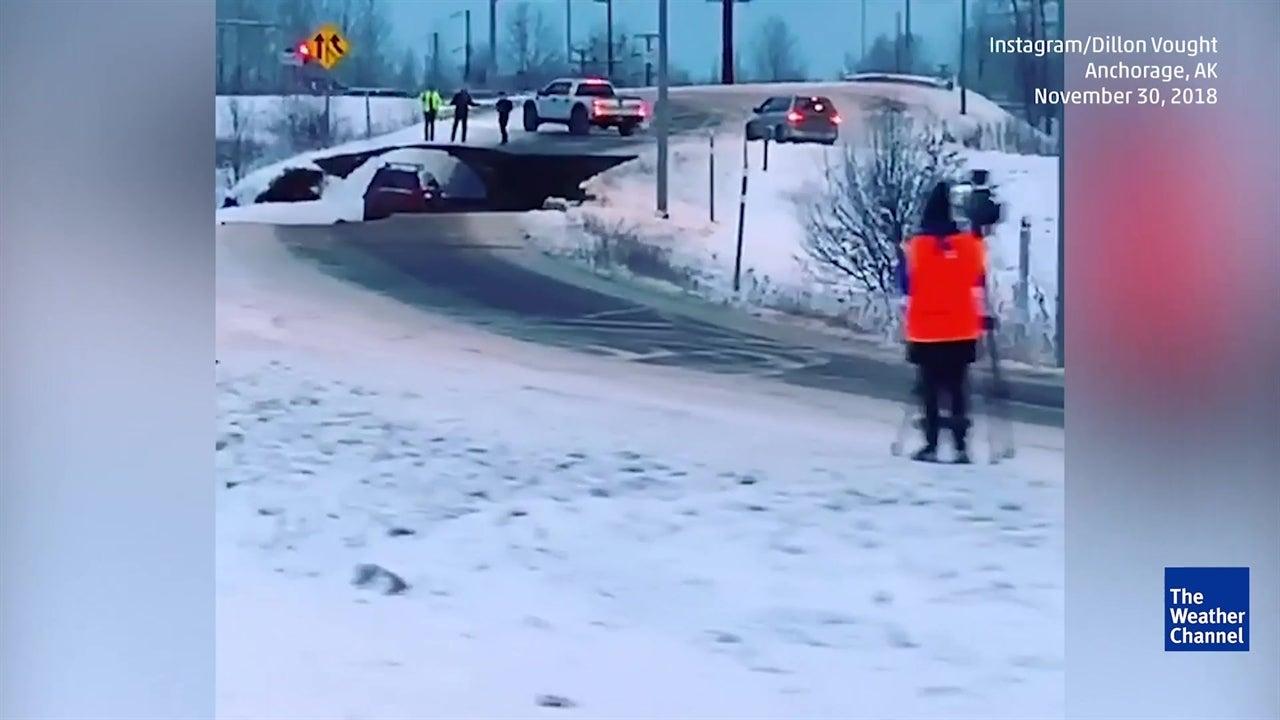 Un fuerte terremoto sacudió la ciudad de Anchorage, Alaska, dejando severos daños en su infraestructura